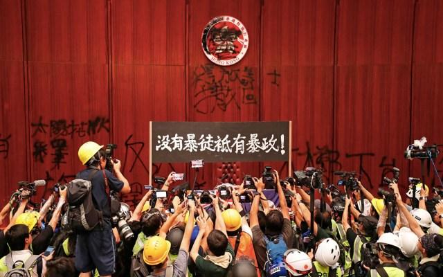 Primeros detenidos por toma del Parlamento de Hong Kong - manifestantes parlamento hong kong detenidos prisión