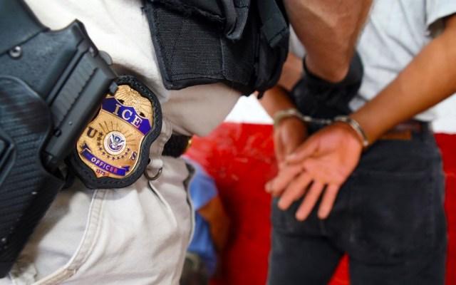 Agencias migratorias en EE.UU. defienden redadas contra indocumentados - ICE policía migrantes Estados Unidos indocumentados