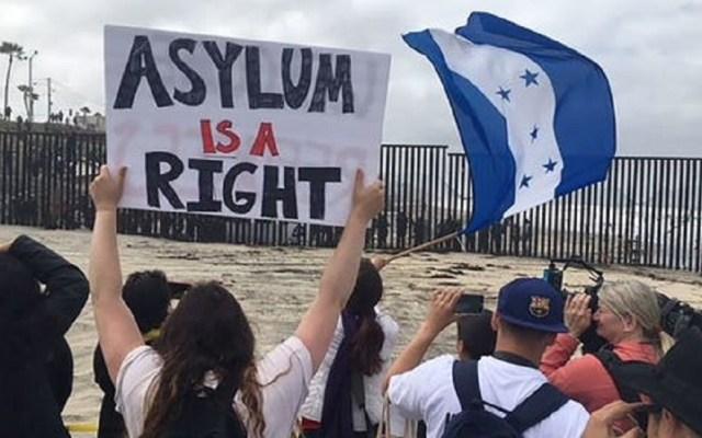 Indocumentados demandan a EE.UU. por endurecer petición de asilo - Indocumentados solicitando asilo a Estados Unidos. Foto de The Desert Sun