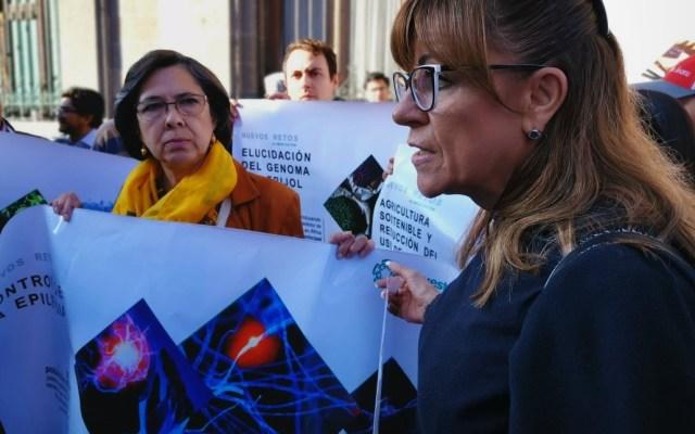Investigadores reclaman recortes por austeridad a AMLO - Investigadores del Cinvestav en manifestación frente a Palacio Nacional. Foto de @Germnlvarez