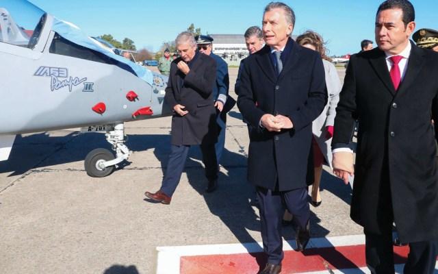 Piden desaforar a presidente de Guatemala por compra de aviones argentinos - Foto de EFE