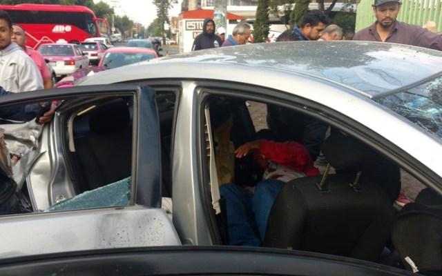 Choque de auto contra combi deja ocho heridos en la CDMX - Lesionados del Mazda gris. Foto de Edgarvin García