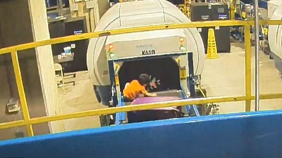 Lorenzo en la zona de acomodo de equipajes. Captura de pantalla