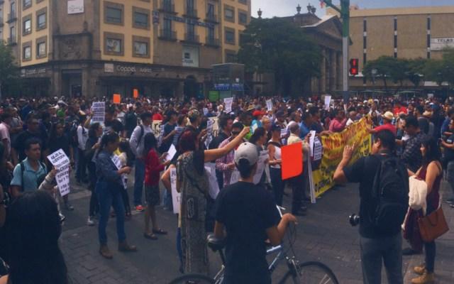 Marchan en Guadalajara contra aumento de tarifas del transporte público - Foto de @RedIndignada
