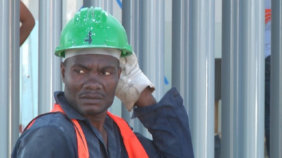 Ya tienen trabajo 327 migrantes al norte de México, señalan autoridades - Migrante haitiano como trabajador de maquiladora en Tijuana. Foto de Síntesis Tv