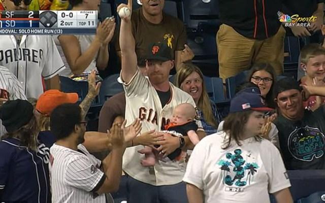 #Video Aficionado atrapa pelota de béisbol mientras carga a su bebé - Momento en que Chris presume conseguir la pelota bateada por Pablo Sandoval. Captura de pantalla / NBC