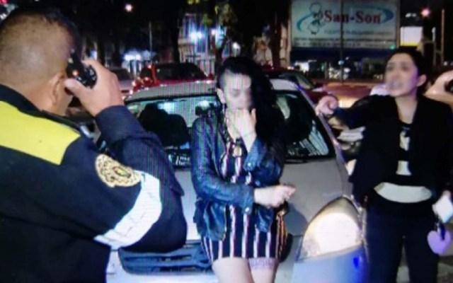 Mujeres en estado de ebriedad pelean con policías para evitar multa - Mujeres reclamando a policía de Tránsito. Foto de Excélsior