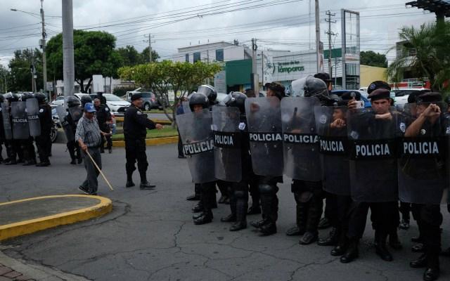 Crisis en Nicaragua ha dejado huérfanos a 98 niños: Gobierno - Miembros de la policía montan guardia durante una protesta en Managua (Nicaragua). Foto de EFE/ Alberto González