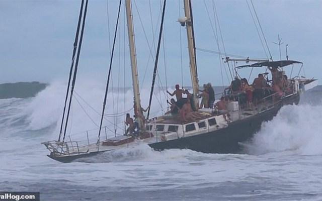 #Video Olas amenazan con volcar un barco en Hawaii - olas barco hawaii