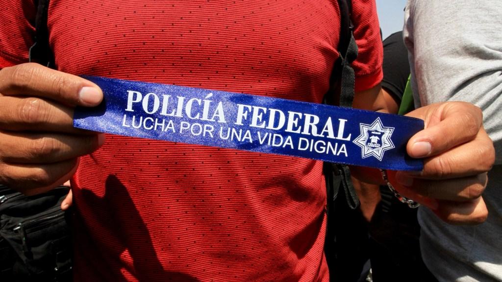 Protestas de policías federales no cuentan con el respaldo de la ciudadanía - Policías Federales se identifican con una banda para protestar. Foto de Notimex