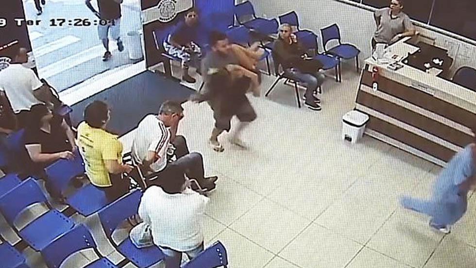 #Video Sujeto presuntamente le dispara a su esposa y la lleva al hospital - Sujeto entra hospital esposa bala Brasil
