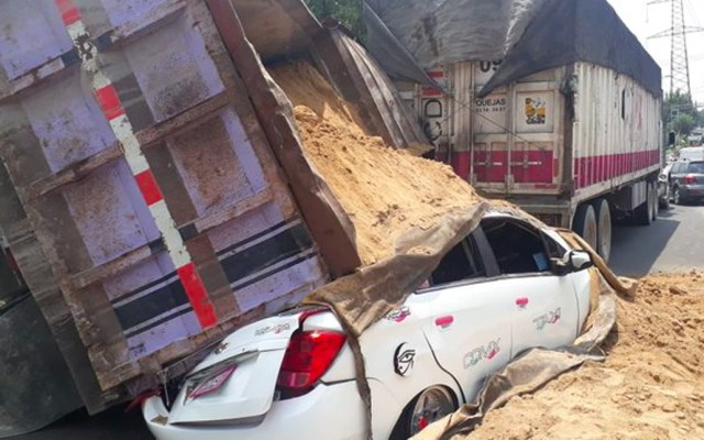 Camión cargado de arena aplasta a taxi en Iztapalapa - taxi