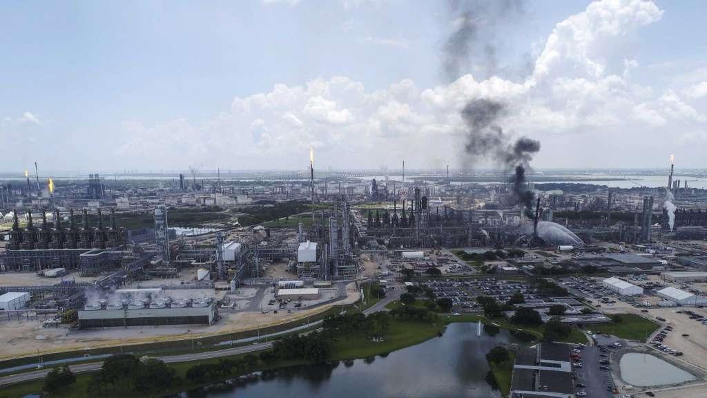 Vista aérea de la extinción del incendio en refinería de Texas. Foto de Yi-Chin Lee / Chron