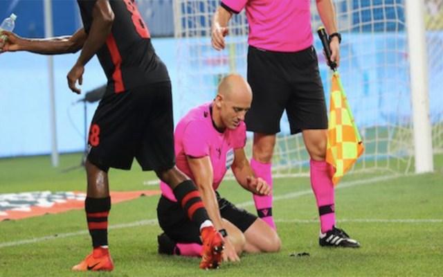 #Video Lanzan bengala y encendedor contra árbitro en la Europa League - agresión árbitro europa league