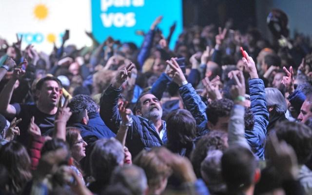 Kirchnerismo arrasa las primarias presidenciales en Argentina - Simpatizantes del peronista Frente de Todos aguardan que comience a difundirse el escrutinio provisorio de las elecciones primarias presidenciales celebradas este domingo, en Buenos Aires. Foto de EFE/ Enrique Garcia Medina