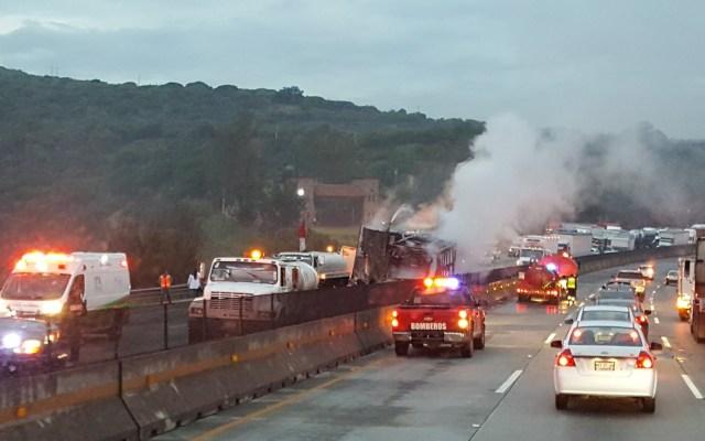 Reabren circulación en la México-Querétaro tras accidente de tráiler - Atención a accidente de tráiler en la México-Querétaro. Foto de @Andrea40645693