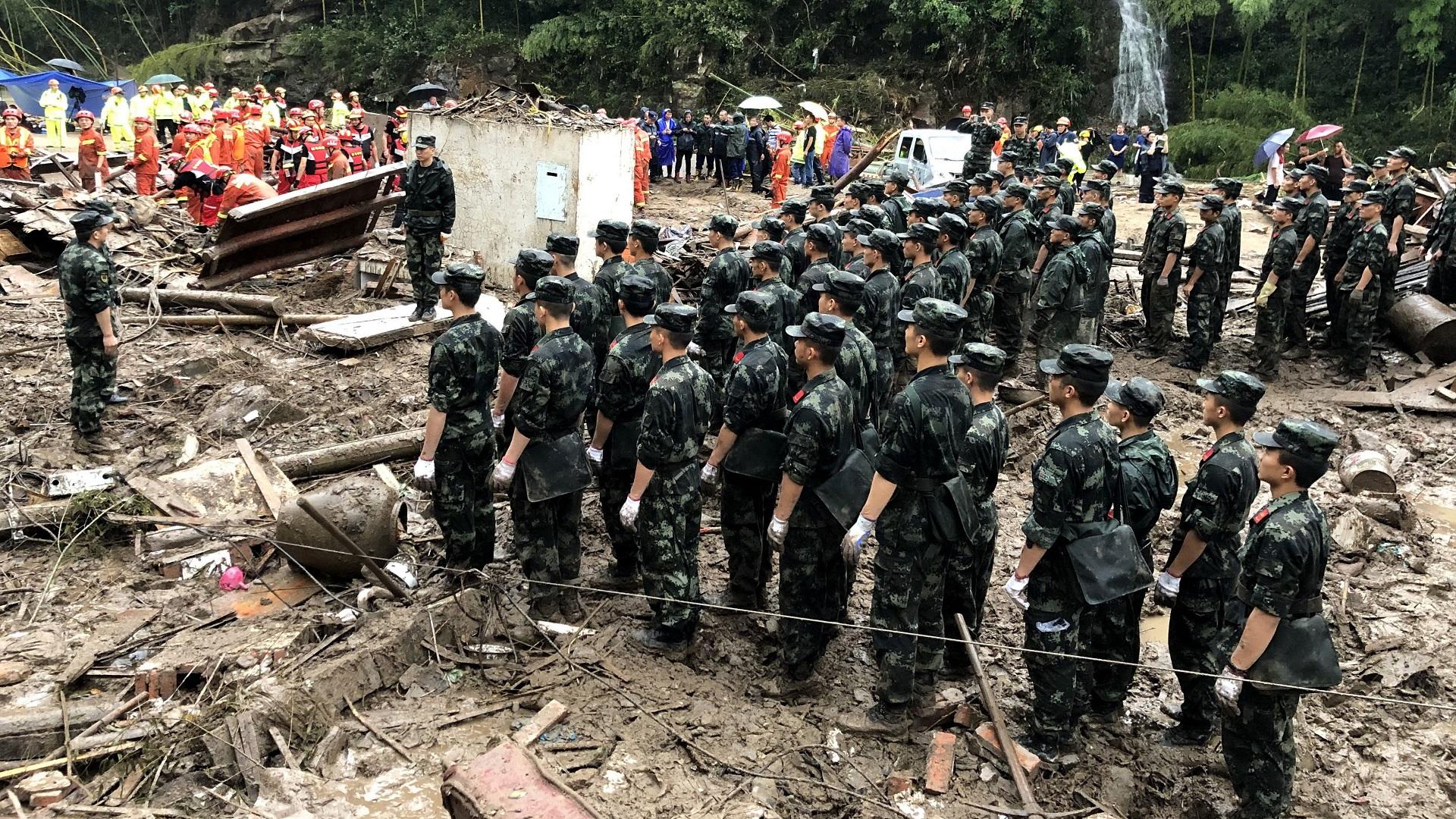 Soldados y servicios de emergencia en zona de desastre. Foto de EFE