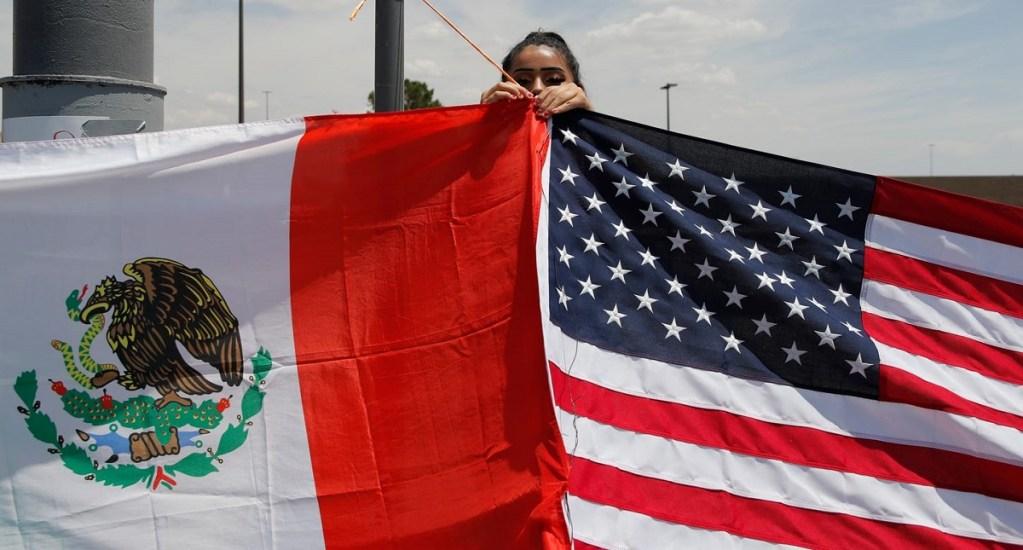 Segob promueve dar nacionalidad mexicana a nacidos en EE.UU. - Bandera de México y Estados Unidos. Foto de El Paso Times