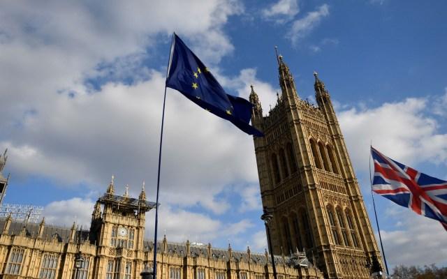 Reino Unido firma orden para desligarse de legislación europea - Banderas del Reino Unido y la Unión Europea ondean a las puertas del Parlamento en Westminster. Foto de EFE