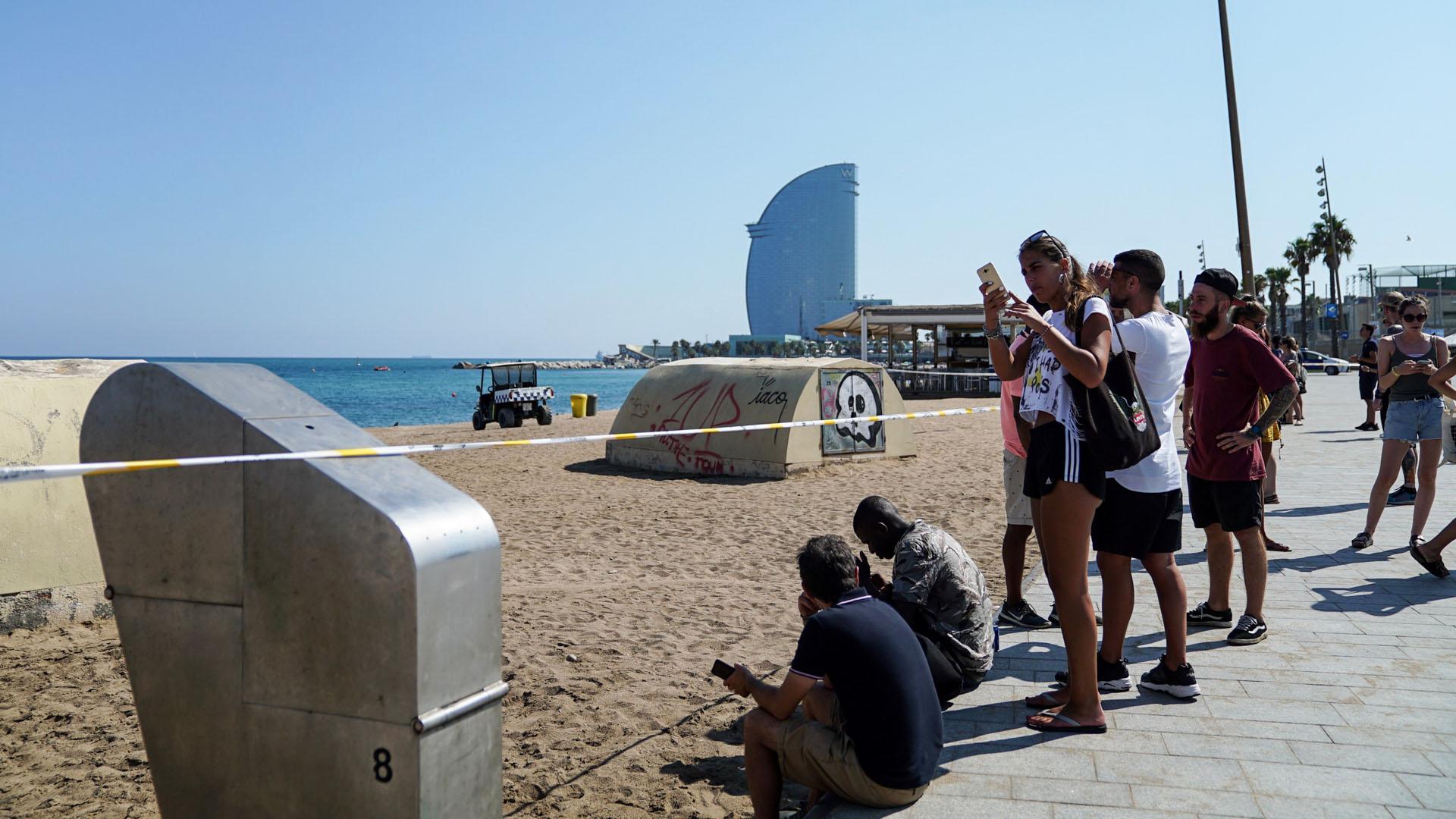 Bañistas desalojados de playa St Sebastiá. Foto de @bcn_ajuntament