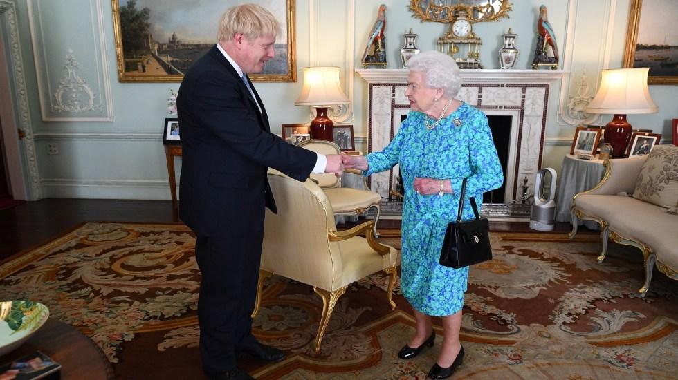Boris Johnson pide a la reina Isabel II suspender el Parlamento - Boris Johnson con la reina Isabel II. Foto de EFE