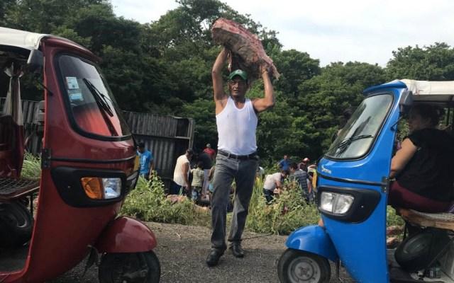 Pobladores rapiñan tráiler cargado de carne en el Istmo - Carne camión rapiña Istmo Oaxaca 3