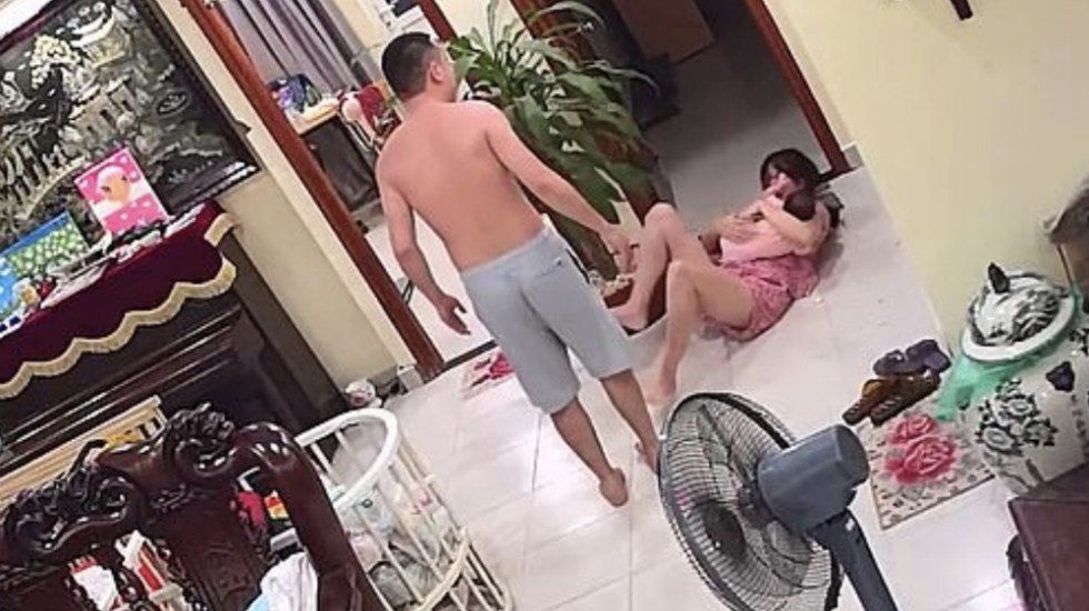#Video Experto en artes marciales golpea a su esposa con bebé en brazos - Foto de captura de pantalla
