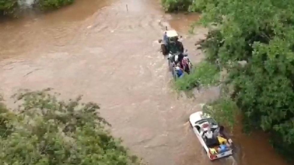 Dos hombres mueren tras ser arrastrados por arroyo de Nayarit - Para llegar al arroyo El Cangrejo, las autoridades tuvieron que cruzar tres afluentes. Captura de pantalla / NTV