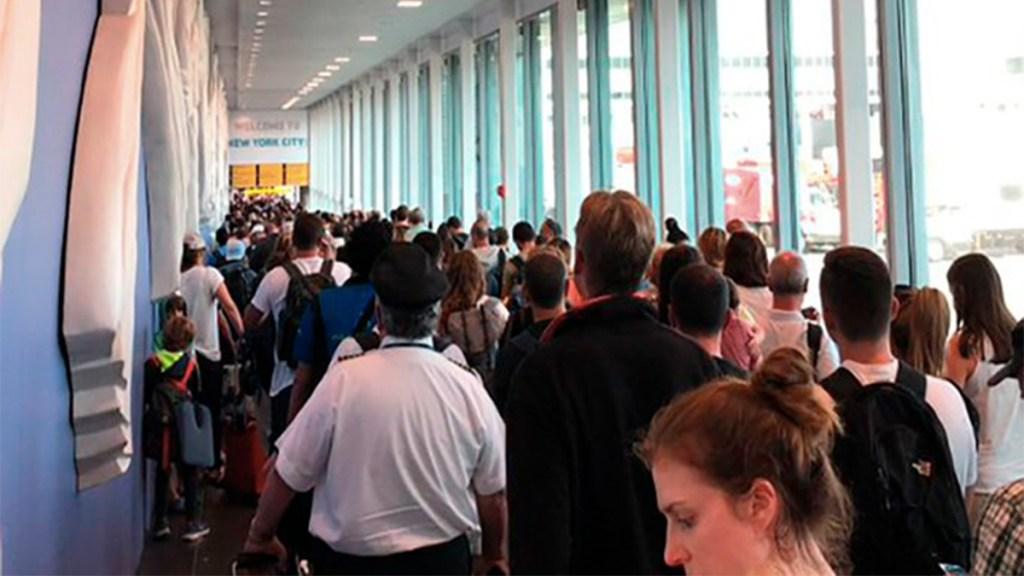 Caos en aeropuertos de EE.UU. por falla en sistema de CBP; el problema ya fue resuelto - filas de pasajeros aeropuertos nueva york