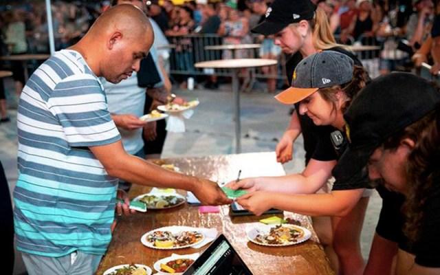 Joven muere atragantado en concurso de comer tacos en California - hombre muere atragantado en concurso de comer tacos