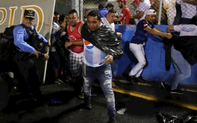 Suman cuatro muertos por riña entre aficionados en Honduras - Honduras riña aficionados futbol