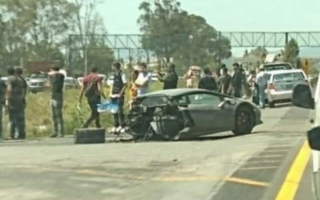 Lamborghini queda partido en dos tras choque en el Estado de México - Foto de @laconseninote
