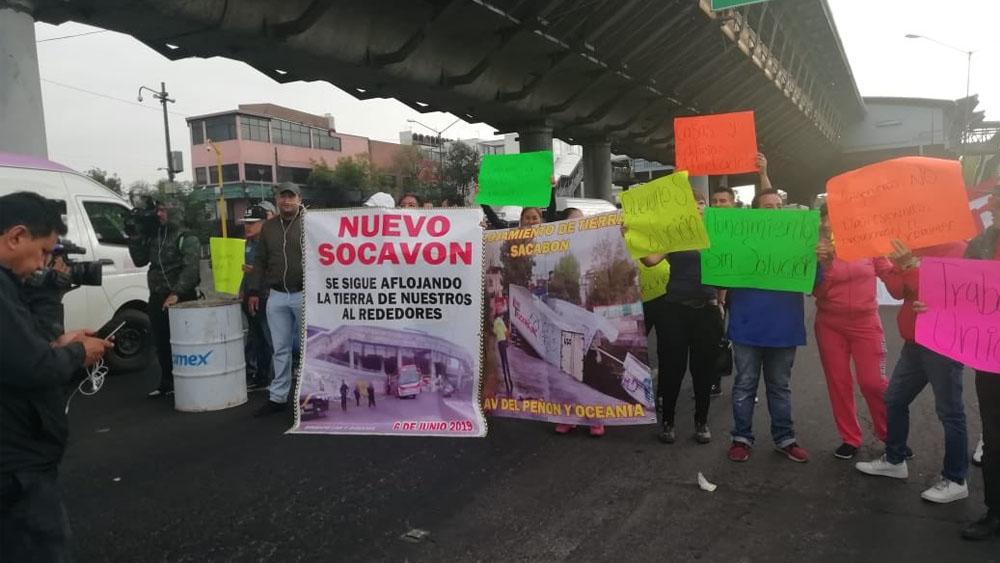 Bloquean carriles en ambos sentidos de avenida Oceanía - manifestantes avenida Oceanía