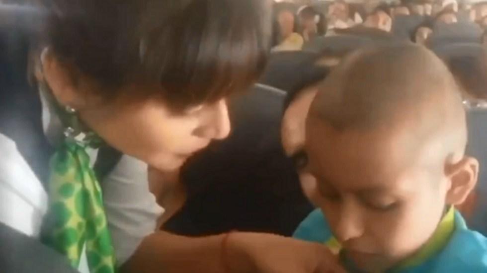 #Video Tripulación de avión reconoce lucha de un niño contra el cáncer