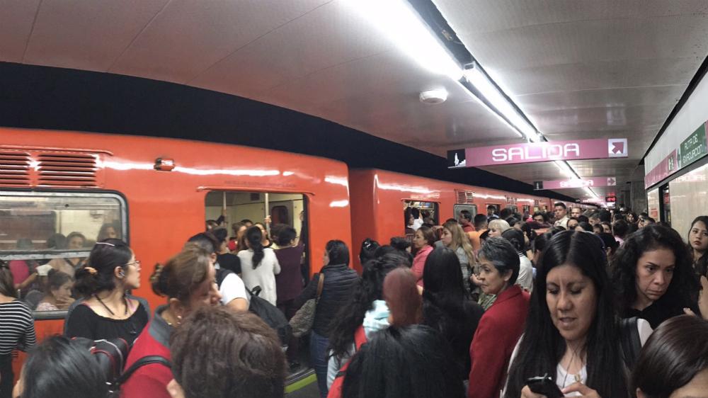 Metro presenta gran afluencia de usuarios por protesta de taxistas - Foto de @pa0o0la