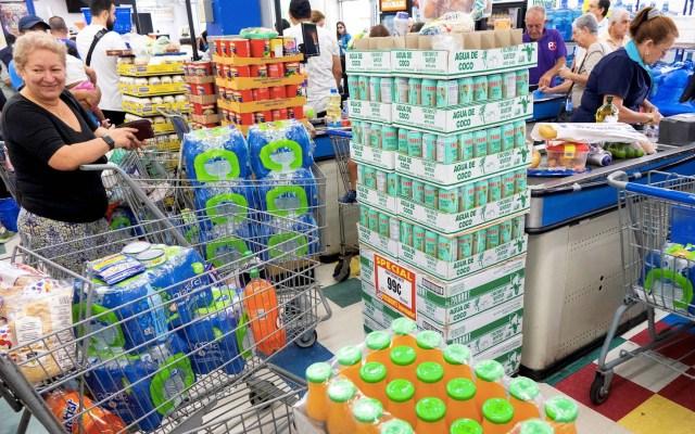 Miami se vuelve un 'desierto' de agua embotellada por llegada de Dorian - Residentes de Miami fueron registrados este viernes al aprovisionarse de agua y alimentos, antes de la llegada del huracán Dorian a la península de la Florida (EE.UU.). Foto de EFE/Cristóbal Herrera