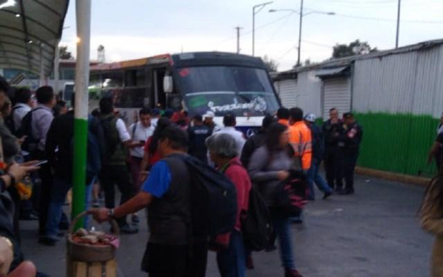 PGJ abre investigación por homicidio de joven en Indios Verdes - Microbús donde asesinaron a joven en Cetram Indios Verdes. Foto de @fernamdz