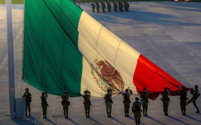 AMLO lamenta muertes de soldados y marinos en cumplimiento de su deber - Miembros del Ejército mexicano izando la Bandera. Foto de @SEDENAmx