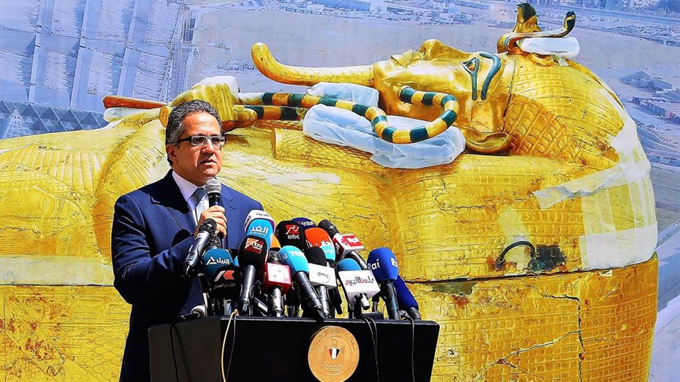 Ministro de Antiguedades de Egipto presenta sarcófago de Tutankamón. Foto de @moantiquities