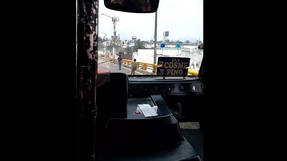 #Video Niños circulan a bordo de scooters sobre puente vehicular - Niños en scooters en puente vehicular. Captura de pantalla