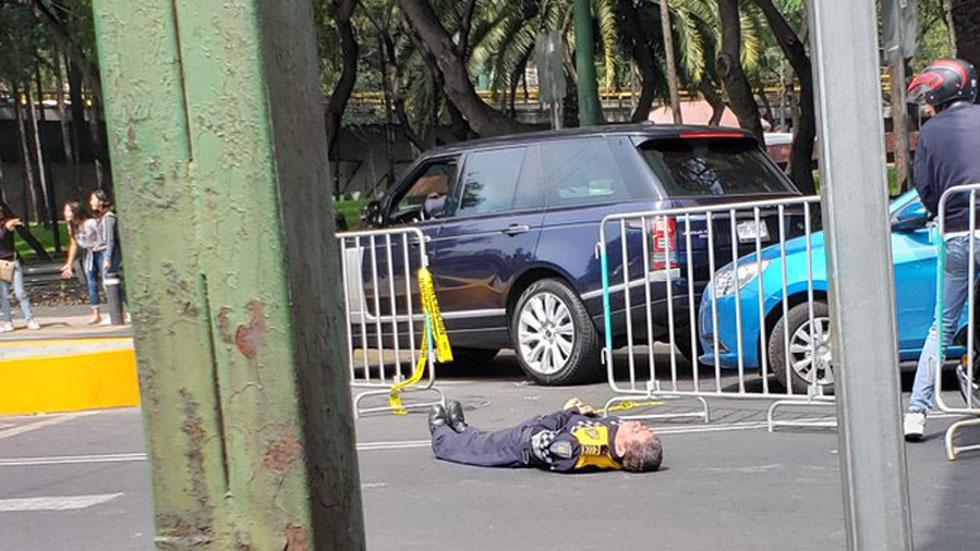 Policía noqueado en el Maratón sigue internado con fracturas - Oficial noqueado en la CDMX. Foto de @besquin