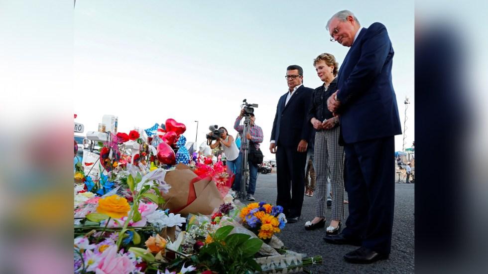 Alcaldes de Ciudad Juárez y El Paso colocan ofrenda floral por víctimas de tiroteo - tiroteo
