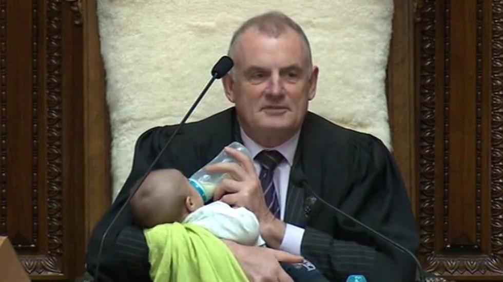 Presidente del Parlamento neozelandés alimenta a bebé durante sesión - Presidente del Parlamento neozelandés alimentando a bebé. Foto de @SpeakerTrevor