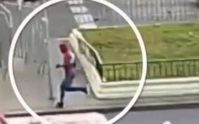 #Video Hombre vestido de Spiderman detiene a ladrón en Chile - Captura de pantalla