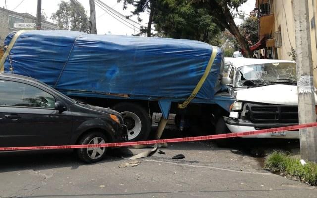 Tráiler se queda sin frenos e impacta cinco vehículos en Álvaro Obregón - Foto de @MrElDiablo8
