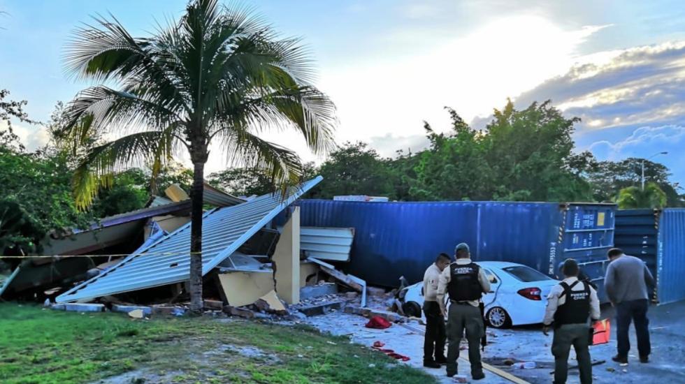 Tráiler se queda sin frenos y choca en caseta de la Xalapa-Veracruz - Foto de Meganoticias Veracruz
