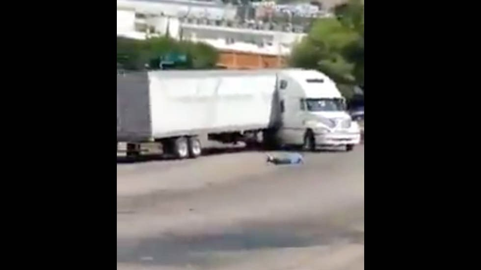 #Video Tráiler sin chofer impacta vehículos estacionados en Sonora - Captura de pantalla
