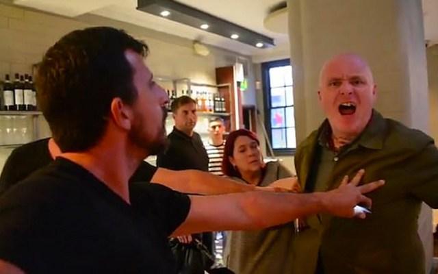 #Video Comensal golpea a activista vegana durante protesta en Inglaterra - Golpean a activista