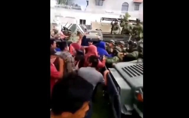 Pobladores de Acajete agreden a militares al intentar recuperar bodega - Agresión a militares en Puebla. Captura de pantalla