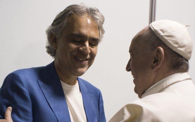 Papa Francisco sorprende junto a Andrea Bocelli en centro de acogida - Andrea Bocelli y el papa Francisco. Foto de FarodiRoma